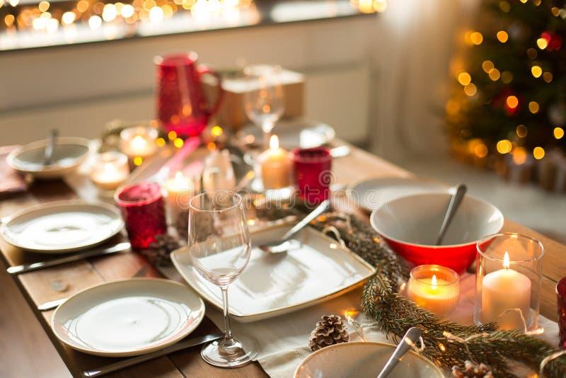 Πίνακας που εξυπηρετείται για το γεύμα Χριστουγέννων στο σπίτι στοκ φωτογραφία
