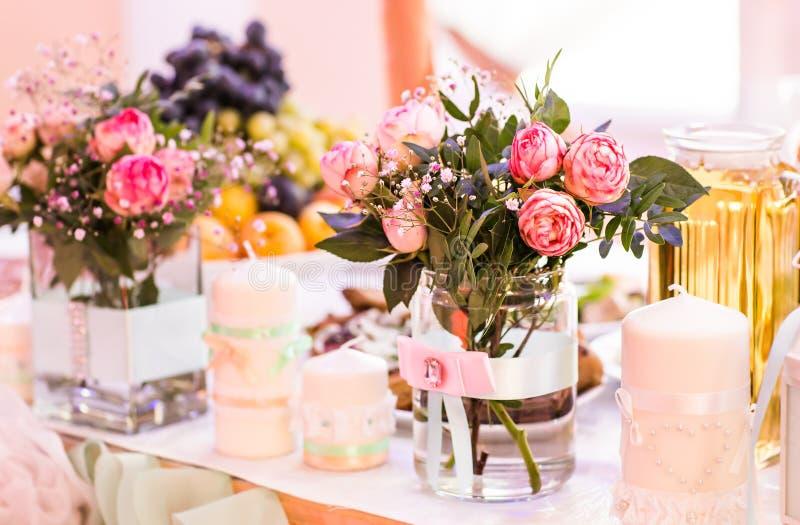 Πίνακας που θέτει για ένα γεγονός γάμου ή γευμάτων, με τα λουλούδια στο βάζο του γυαλιού στοκ φωτογραφία με δικαίωμα ελεύθερης χρήσης
