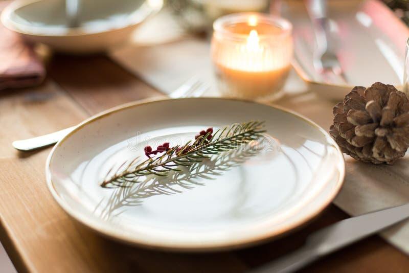 Πίνακας που θέτει για το γεύμα Χριστουγέννων στο σπίτι στοκ εικόνες με δικαίωμα ελεύθερης χρήσης