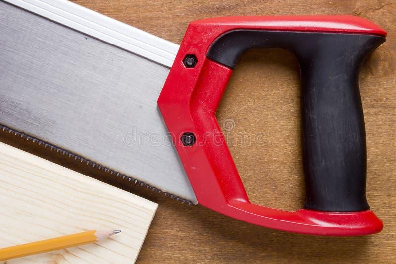 Πίνακας που πριονίζεται handsaw στοκ φωτογραφία με δικαίωμα ελεύθερης χρήσης