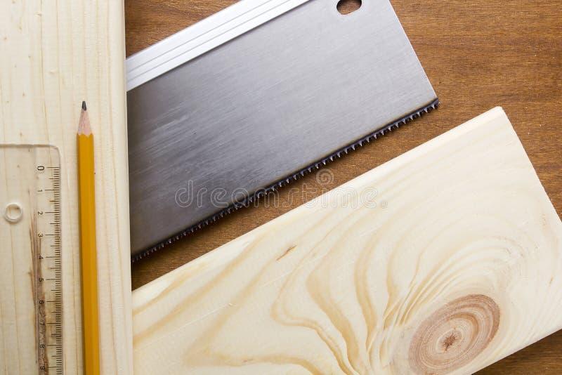 Πίνακας που πριονίζεται handsaw στοκ εικόνες