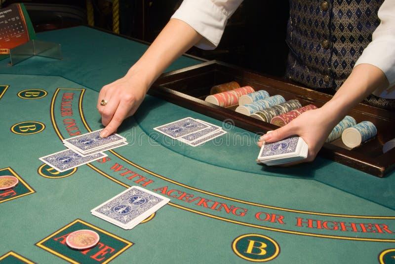 πίνακας πόκερ χειρισμού κρουπιερών καρτών στοκ εικόνα
