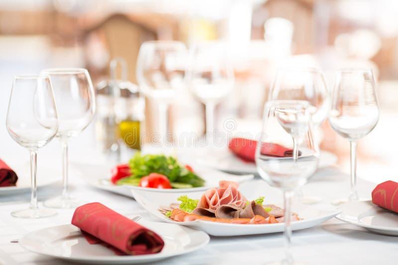 Πίνακας ρύθμισης συμποσίου στο εστιατόριο στοκ φωτογραφίες