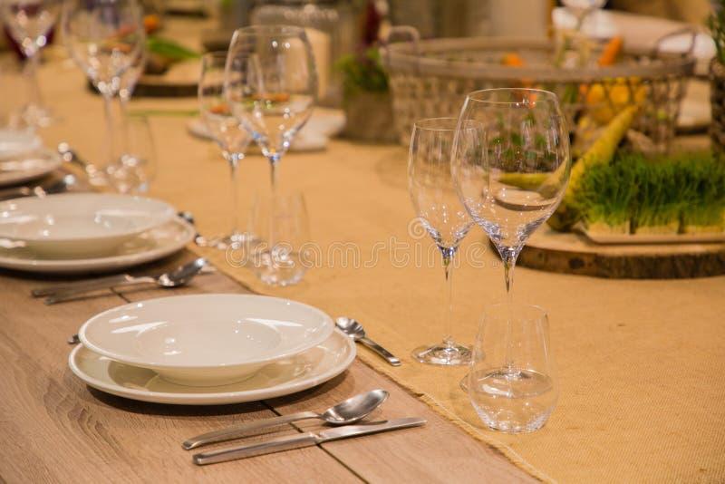 Πίνακας στο εστιατόριο που εξυπηρετείται για διάφορα πρόσωπα με τα γυαλιά και τα πιάτα στοκ φωτογραφία με δικαίωμα ελεύθερης χρήσης
