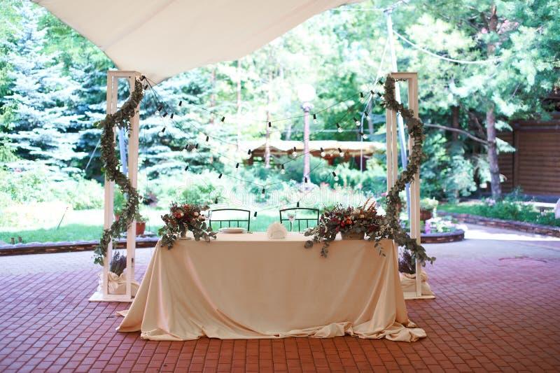 Πίνακας συμποσίου, γάμου, γαμήλιων ντεκόρ, νυφών και νεόνυμφων, λάμπες φωτός, επιτραπέζιες διακοσμήσεις, στοκ εικόνες