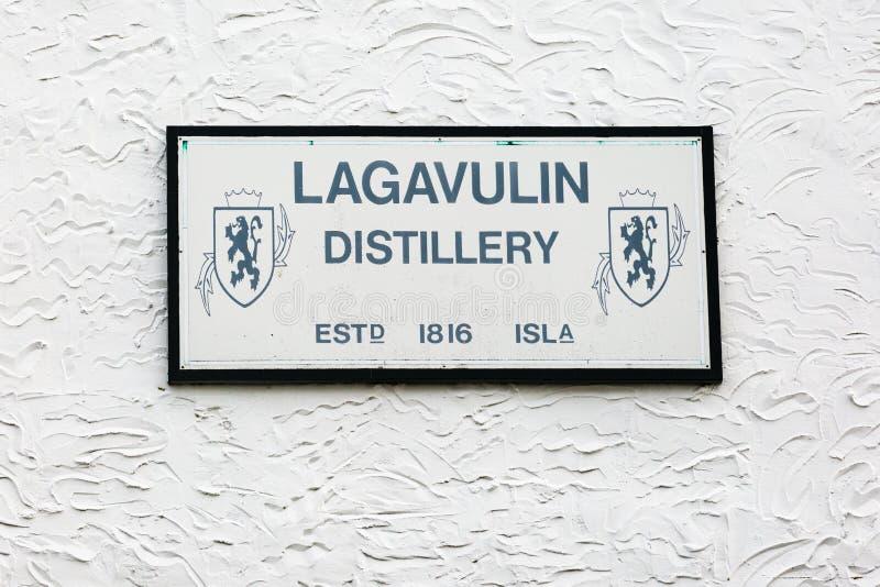 Πίνακας της οινοπνευματοποιίας ουίσκυ Lagavulin στον τοίχο στοκ εικόνα με δικαίωμα ελεύθερης χρήσης