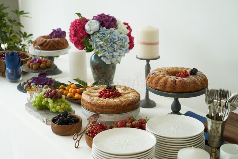 Πίνακας τομέα εστιάσεως και γάμου συμποσίου που τίθεται με τα τρόφιμα και τα γλυκά, διάστημα αντιγράφων για το κείμενο στοκ φωτογραφία με δικαίωμα ελεύθερης χρήσης