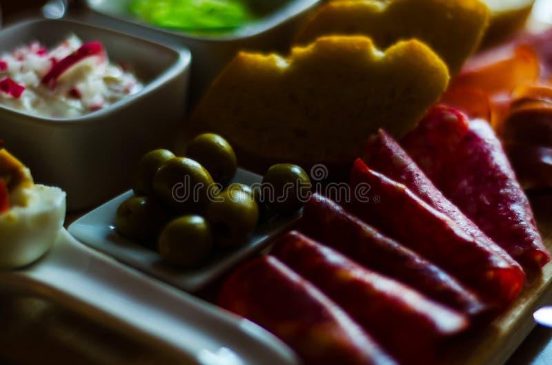 Πίνακας των κρεάτων και άλλοι εκκινητές, ποικίλα μικρά πιάτα, α στοκ φωτογραφίες με δικαίωμα ελεύθερης χρήσης