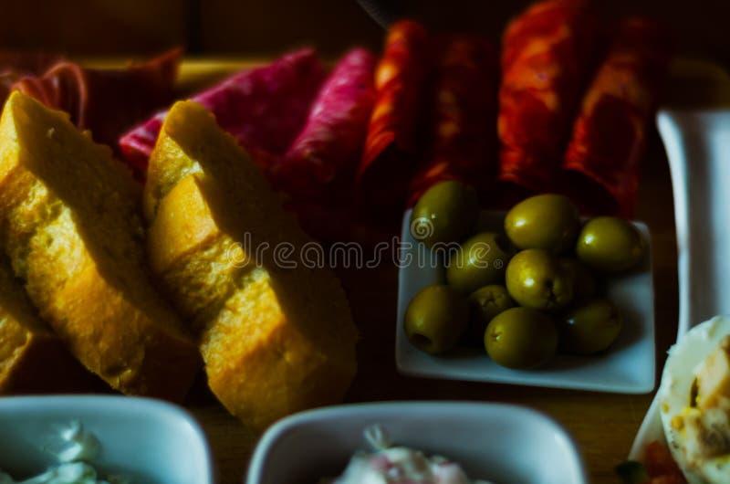Πίνακας των κρεάτων και άλλοι εκκινητές, ποικίλα μικρά πιάτα, α στοκ φωτογραφία με δικαίωμα ελεύθερης χρήσης