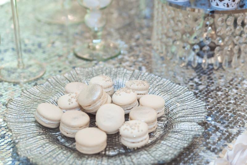 Πίνακας φραγμών γαμήλιων καραμελών Κέικ και άλλα γλυκά στοκ εικόνες
