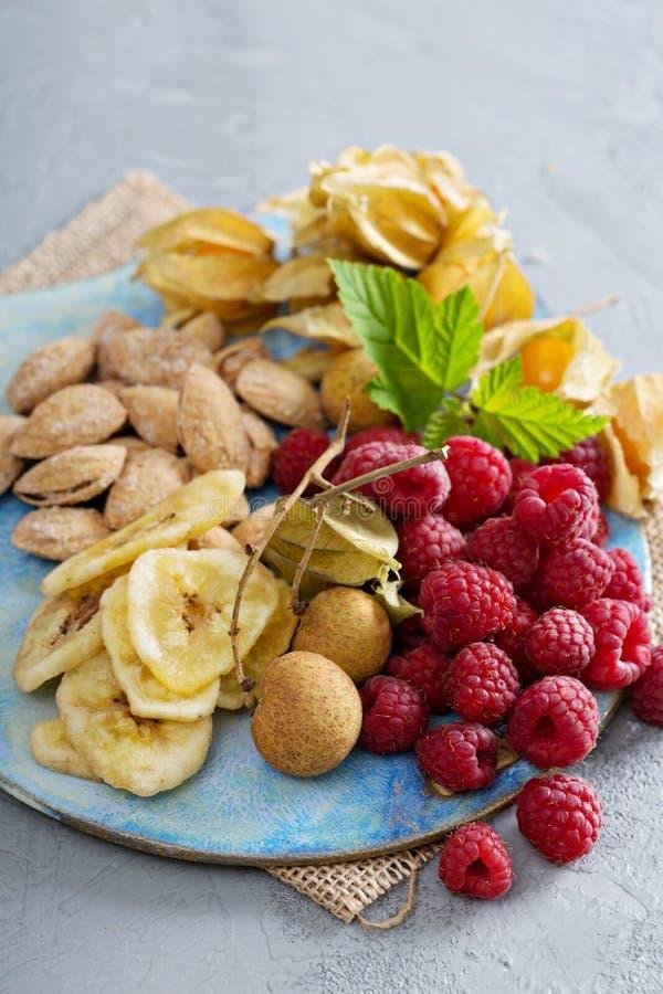 Πίνακας φρούτων και πρόχειρων φαγητών καρυδιών στοκ εικόνες