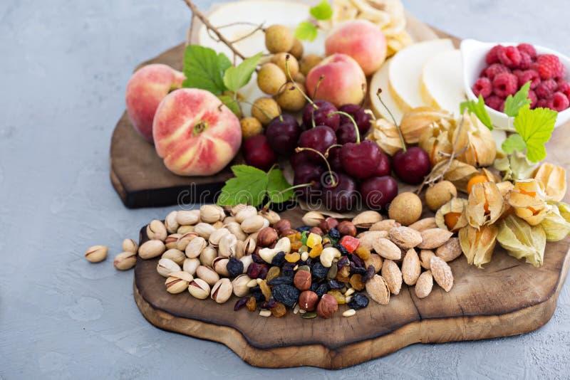 Πίνακας φρούτων και πρόχειρων φαγητών καρυδιών στοκ φωτογραφίες