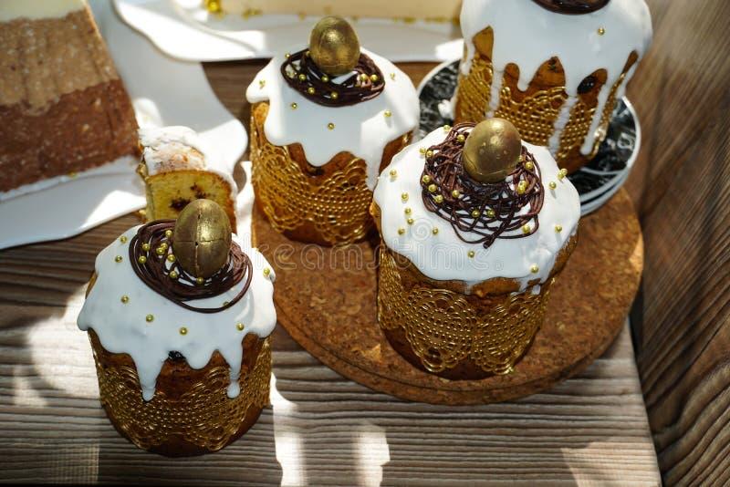 Πίνακας Estive για Πάσχα Πολλά κέικ Πάσχας από τη ζύμη στάρπης που διακοσμείται με τα αυγά σοκολάτας και ορτυκιών σοκολάτας, στάρ στοκ φωτογραφία με δικαίωμα ελεύθερης χρήσης