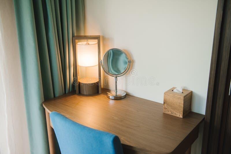 Πίνακας Makeup και ωοειδής καθρέφτης στην κρεβατοκάμαρα στοκ φωτογραφίες