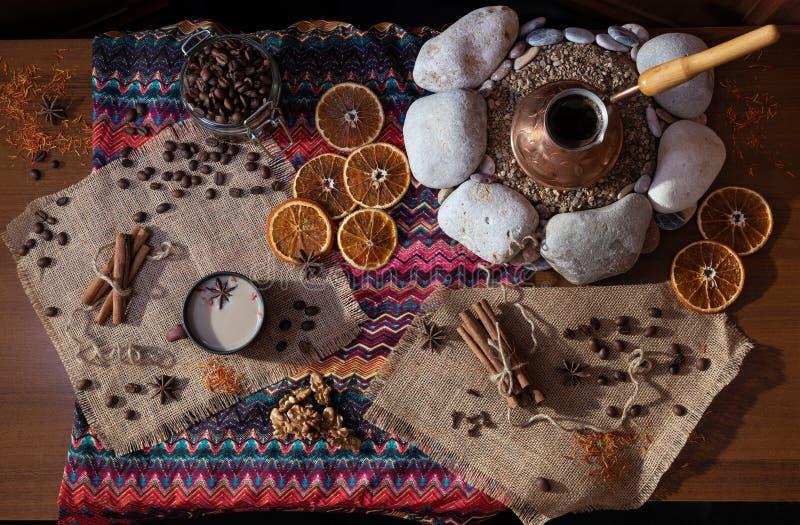 Πίνακας offee Ð ¡ με το cezva στην άμμο και το διαμορφωμένο τραπεζομάντιλο μέσα στοκ φωτογραφία με δικαίωμα ελεύθερης χρήσης