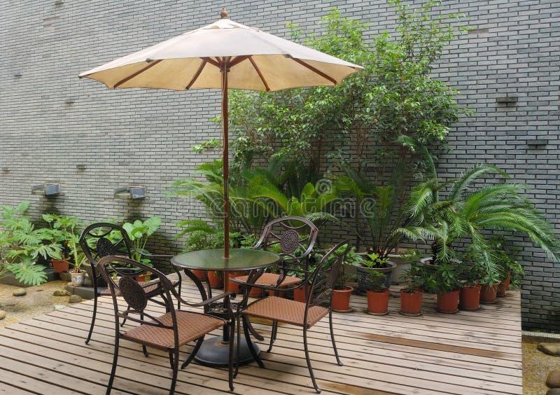 πίνακας patio σπιτιών εδρών στοκ φωτογραφία με δικαίωμα ελεύθερης χρήσης