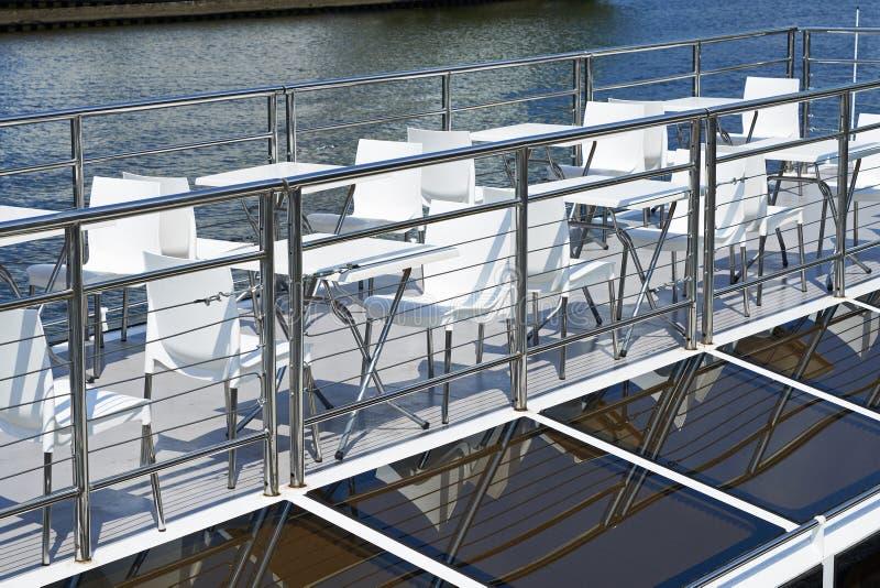 Πίνακες καφέδων στη γέφυρα του σκάφους αναψυχής στοκ εικόνα με δικαίωμα ελεύθερης χρήσης