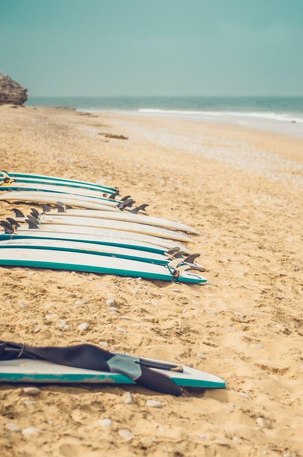 Πίνακες κυματωγών στην παραλία στοκ φωτογραφία με δικαίωμα ελεύθερης χρήσης
