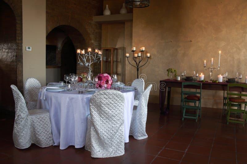 Πίνακες που τίθενται για τους γαμήλιους εορτασμούς στοκ φωτογραφία με δικαίωμα ελεύθερης χρήσης