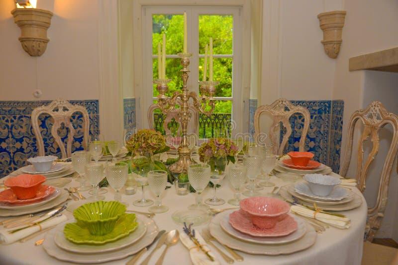 Πίνακες συμποσίου κόμματος, διακόσμηση γεγονότος, γάμος ή γεύμα γενεθλίων στοκ εικόνες
