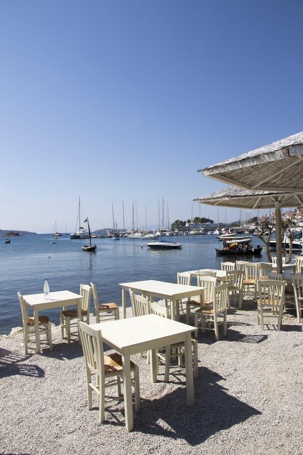 Πίνακες Taverna που κοιτάζουν πέρα από το παλαιό λιμάνι Skiathos, πόλη Skiathos, Ελλάδα, στις 18 Αυγούστου 2017 στοκ φωτογραφίες με δικαίωμα ελεύθερης χρήσης