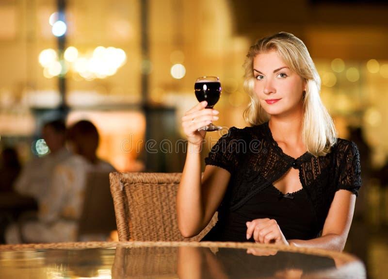 πίνοντας γυναίκα κόκκινο&up στοκ φωτογραφίες