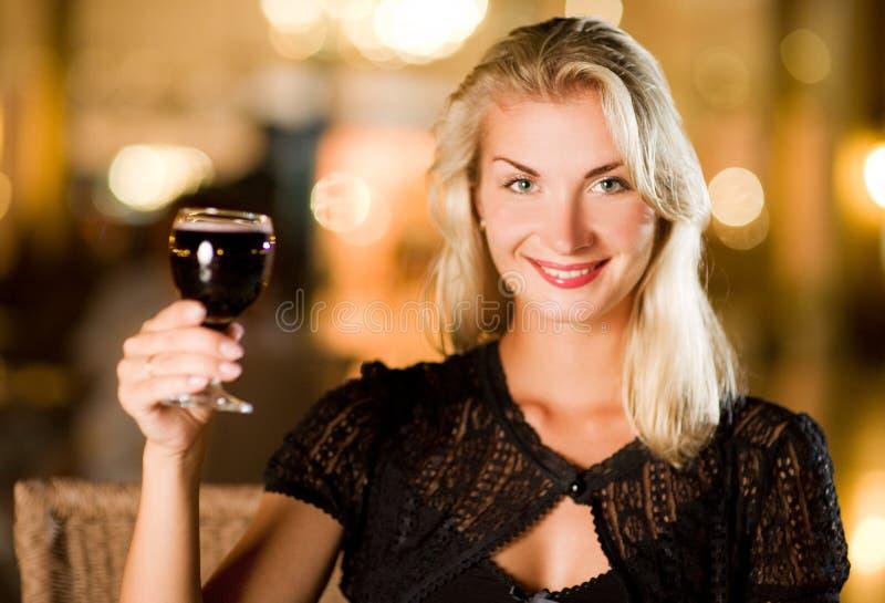πίνοντας γυναίκα κόκκινο&up στοκ εικόνα