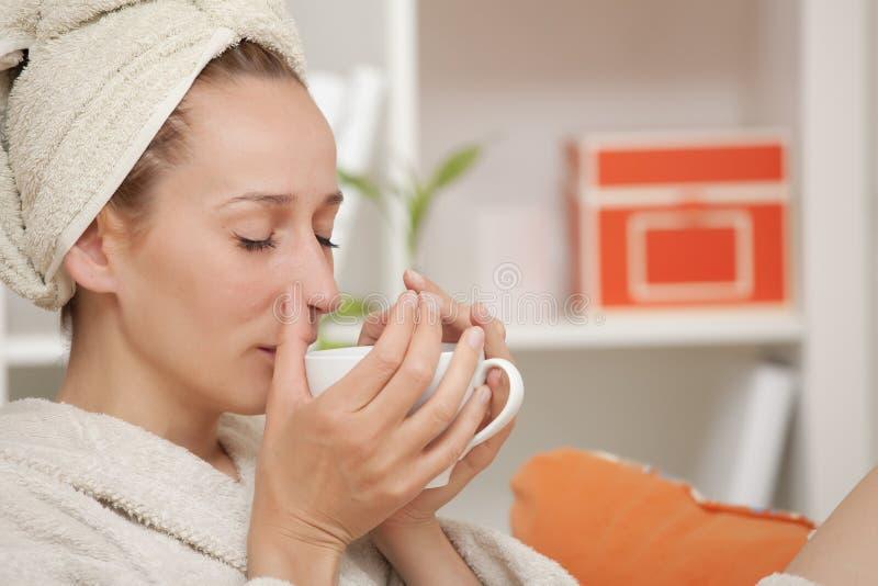 πίνοντας γυναίκα τσαγιού & στοκ εικόνες