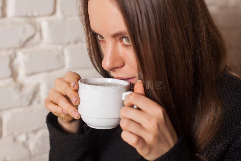 πίνοντας γυναίκα τσαγιού στοκ εικόνες με δικαίωμα ελεύθερης χρήσης