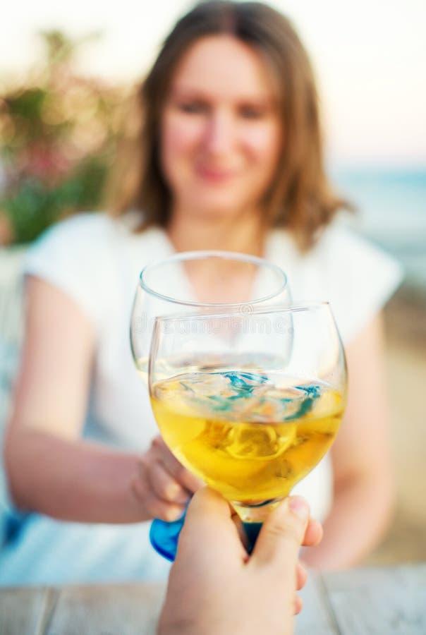 πίνοντας νεολαίες κρασ&iota στοκ φωτογραφία με δικαίωμα ελεύθερης χρήσης