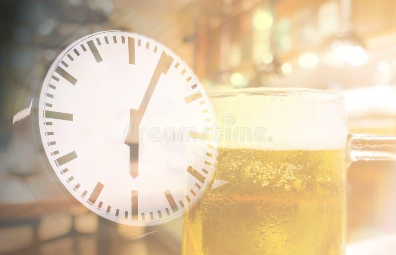 Πίνοντας περίληψη χρονικών ευτυχής ωρών μπύρας στοκ φωτογραφία με δικαίωμα ελεύθερης χρήσης