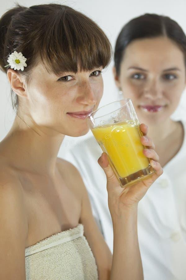 πίνοντας πορτοκαλιά γυν&alph στοκ φωτογραφία με δικαίωμα ελεύθερης χρήσης