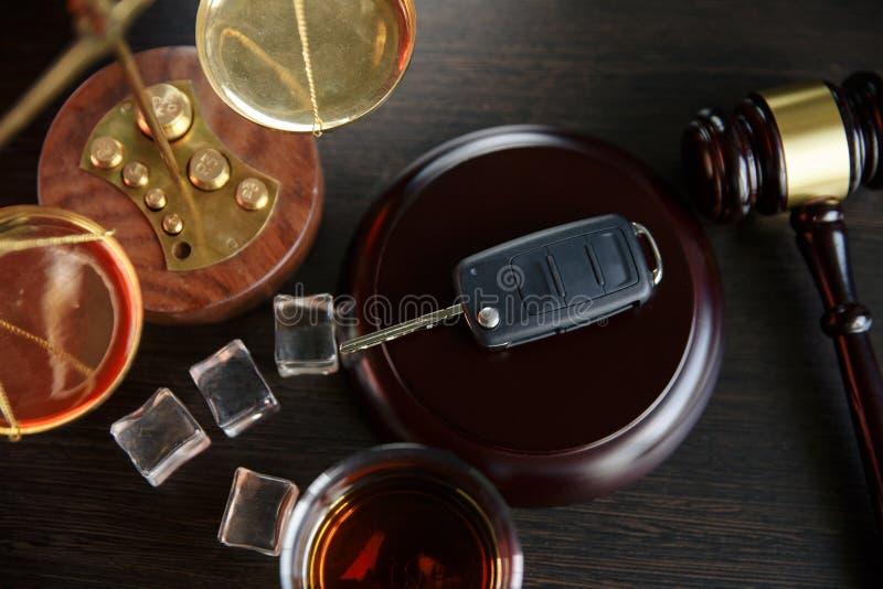 Πίνοντας το οινόπνευμα στην οδήγηση της δυνατότητας στοκ εικόνες με δικαίωμα ελεύθερης χρήσης