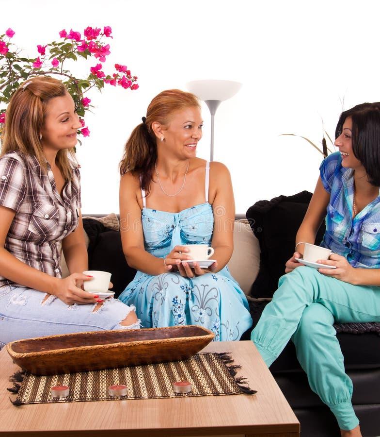 πίνοντας φίλες καφέ στοκ εικόνες