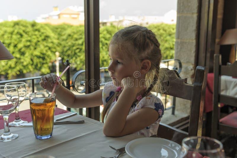 πίνοντας χυμός κοριτσιών στοκ εικόνα