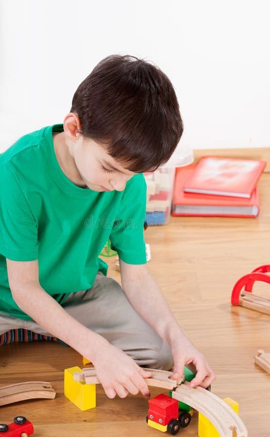Πίστα αγώνων οικοδόμησης αγοριών στοκ φωτογραφία με δικαίωμα ελεύθερης χρήσης