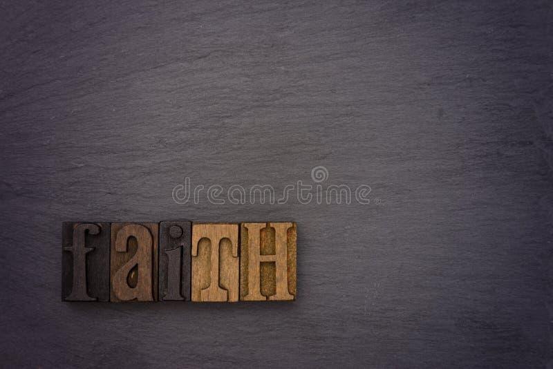 Πίστη που συλλαβίζουν έξω στο σύνολο τύπων στοκ φωτογραφία με δικαίωμα ελεύθερης χρήσης