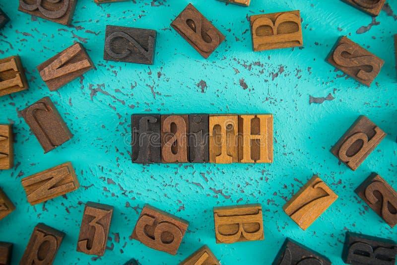 Πίστη που συλλαβίζουν στα ξύλινα καθορισμένα κεφαλαία γράμματα τύπων στοκ φωτογραφίες με δικαίωμα ελεύθερης χρήσης