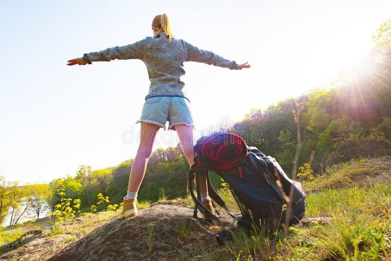 Πίσω άποψη μιας νέας γυναίκας με το σακίδιο πλάτης που στέκεται στο έδαφος, στοκ εικόνες