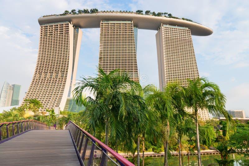 Πίσω άποψη σχετικά με τις σύγχρονες άμμους κόλπων μαρινών ξενοδοχείων της Σιγκαπούρης στοκ εικόνες
