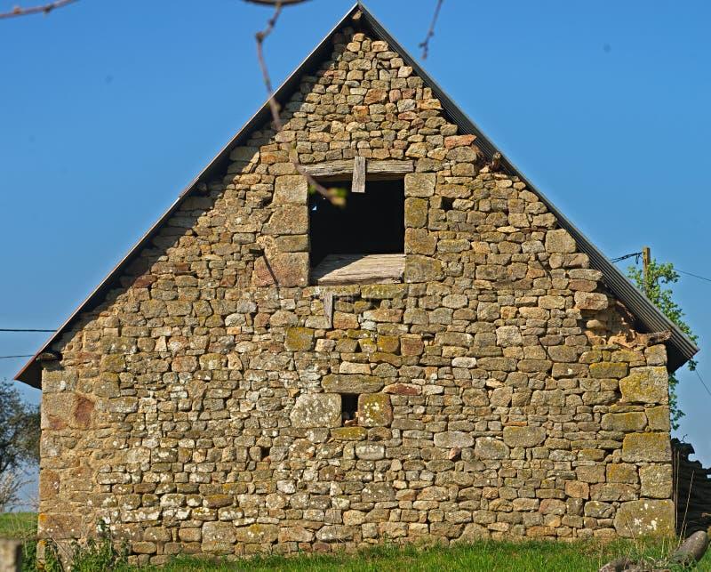 Πίσω άποψη σχετικά με το μικρό παλαιό αγροτικό σπίτι πετρών στοκ φωτογραφία