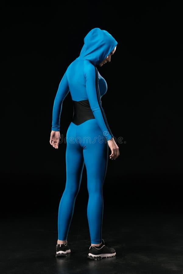 Πίσω άποψη της νέας γυναίκας ικανότητας sportswear στη στάση στοκ φωτογραφίες