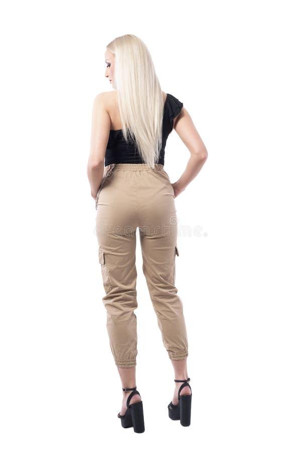 Πίσω άποψη της προκλητικής νέας ξανθής γυναίκας στα εσώρουχα με τα ευθέα μακριά ξανθά μαλλιά στοκ εικόνες