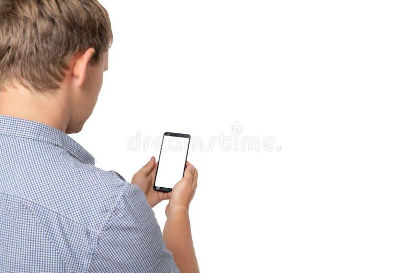 Πίσω άποψη της υπόδειξης των νεαρών άνδρων που μιλούν στο τηλέφωνο κυττάρων Νέα χειρονομία τύπων o Απομονωμένος πέρα από το λευκό στοκ εικόνες