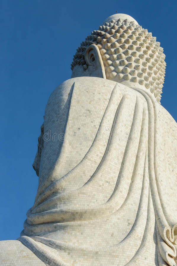 Πίσω άποψη του άσπρου μαρμάρινου αγάλματος του μεγάλου Βούδα στο υπόβαθρο μπλε ουρανού στοκ φωτογραφία με δικαίωμα ελεύθερης χρήσης