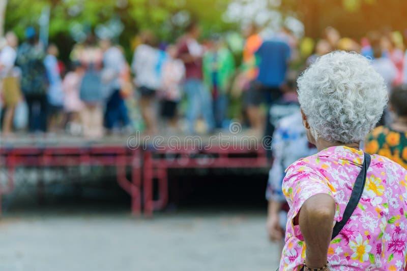 Πίσω άποψη του μόνιμου παλαιότερου θηλυκού ταϊλανδικού χορού ρολογιών στο στάδιο στοκ φωτογραφίες με δικαίωμα ελεύθερης χρήσης
