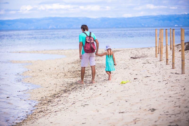 Πίσω άποψη του νέου περπατήματος πατέρων και μικρών κοριτσιών στοκ εικόνες