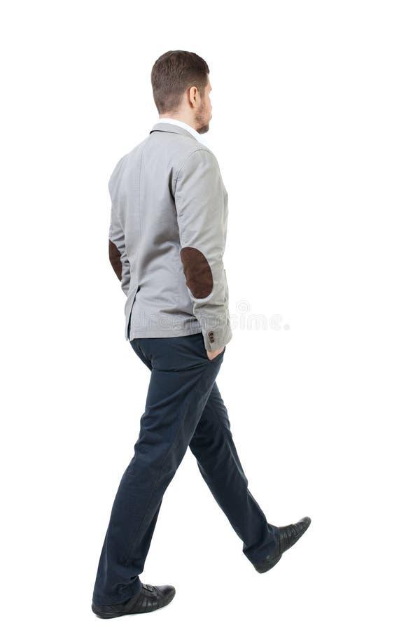 Πίσω άποψη του περπατώντας επιχειρηματία στοκ εικόνες