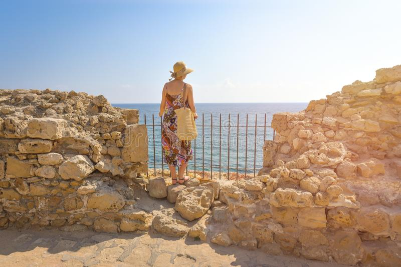 Πίσω άποψη του ταξιδιώτη γυναικών στο καπέλο στοκ φωτογραφία με δικαίωμα ελεύθερης χρήσης