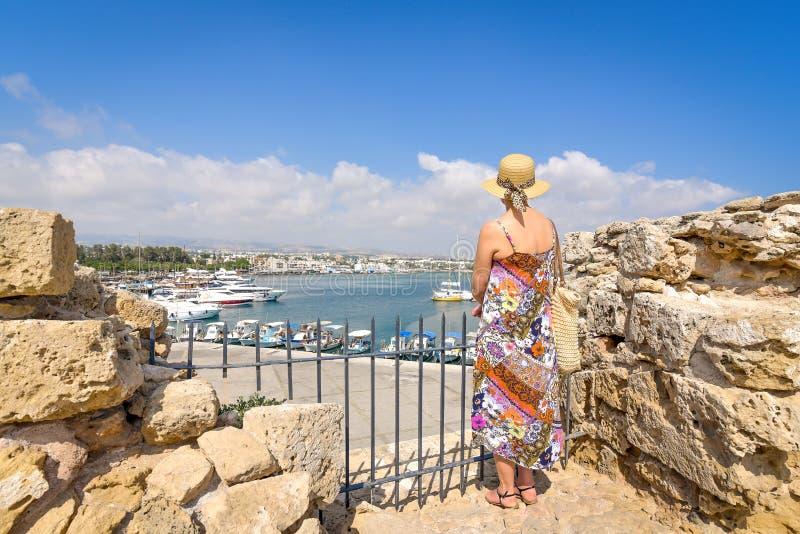 Πίσω άποψη του ταξιδιώτη γυναικών στο καπέλο στοκ εικόνες με δικαίωμα ελεύθερης χρήσης